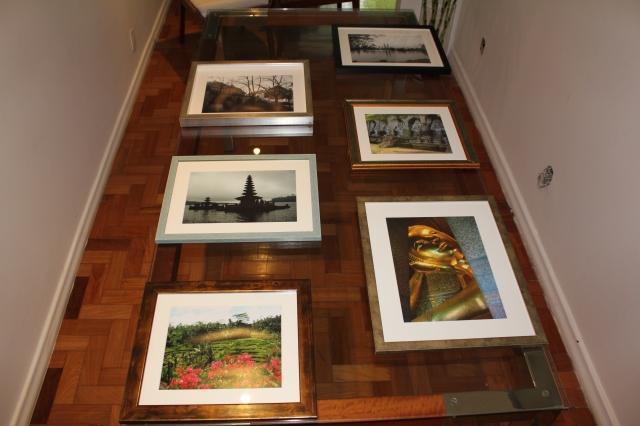 Escolhendo a disposiçao dos quadros na mesa de jantar